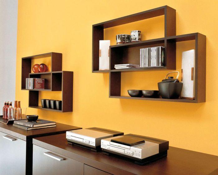 Нетрадиционные книжные полки, которые имеют прямоугольную форму и состоят из деревянных перекладин.