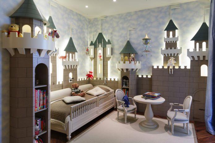 Грамотно организованное пространство в детской комнате, выделенная зону для сна и рабочее место, продуман интерьер и цветовая гамма.