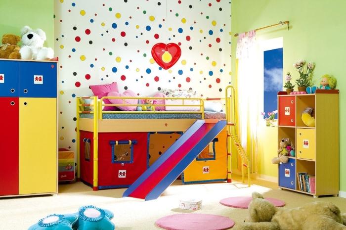 Яркая и очень теплая детская спальная комната с множеством акцентных оттенков.