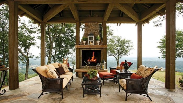Отличная открытая веранда с камином - практично, удобно и по-настоящему красиво.
