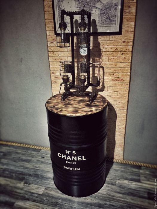 Металлическая бочка с надписью «Chanel No. 5» станет отличным основанием для необычного светильника.