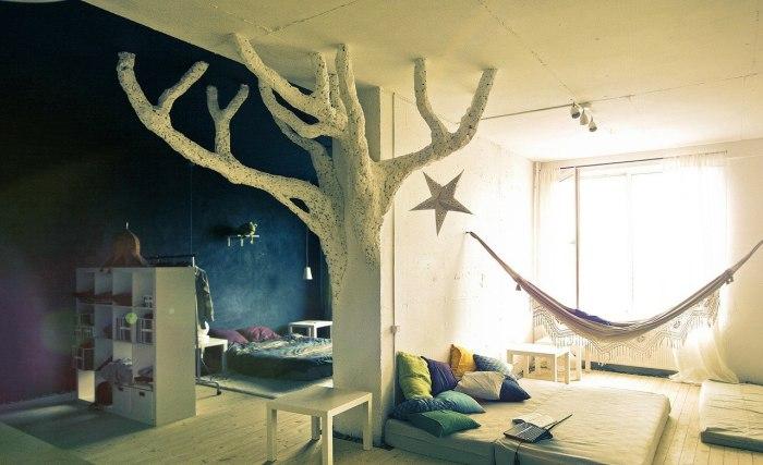 Сказочное дерево в интерьере детской комнаты придаст ей загадочности.
