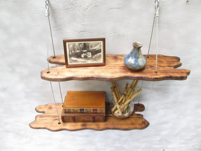 Подвесные полки из обработанных и покрытых лаком деревянных коряг.