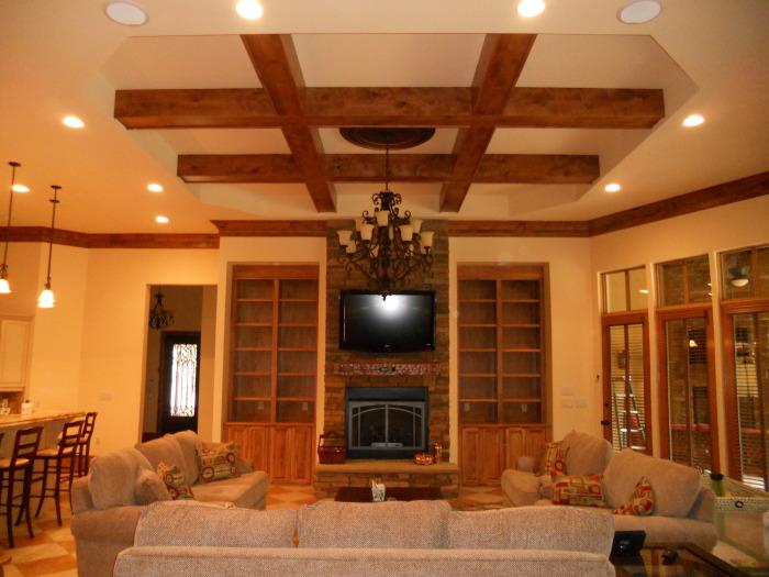 Отличное сочетание деревянных конструкций комбинированного потолка с интерьером комнаты.