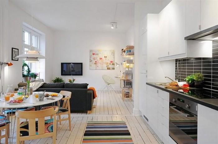 Акцентный диван как средство зонирования пространства малогабаритной квартиры.