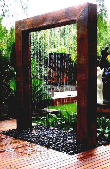 Высокий деревянный фонтан для настоящих ценителей ландшафтного искусства.