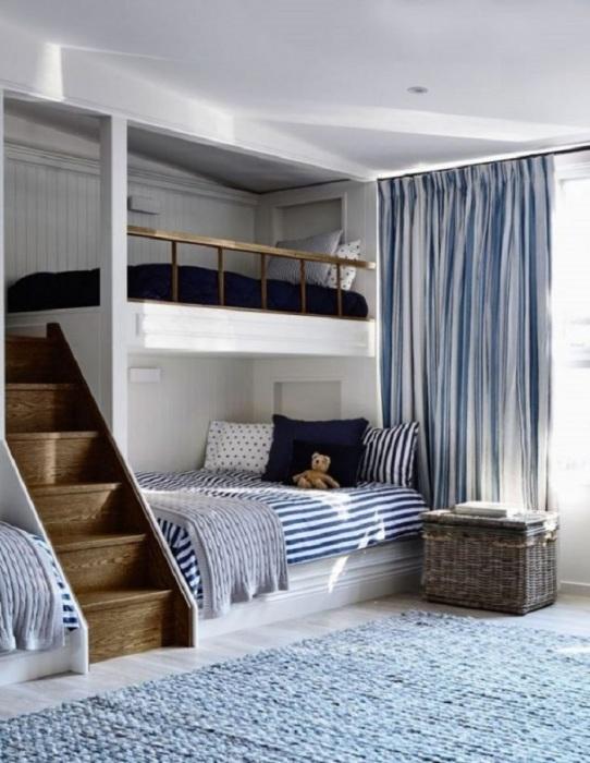Белоснежная спальня с небольшой двухэтажной кроватью.