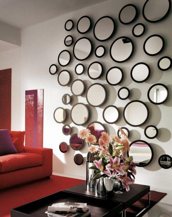 Круглые зеркала разного размера станут отличным украшением для любой стенки.
