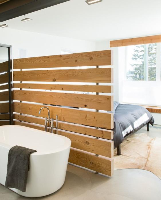 Деревянная перегородка может быть не только функциональной, но и декоративной частью современного интерьера.