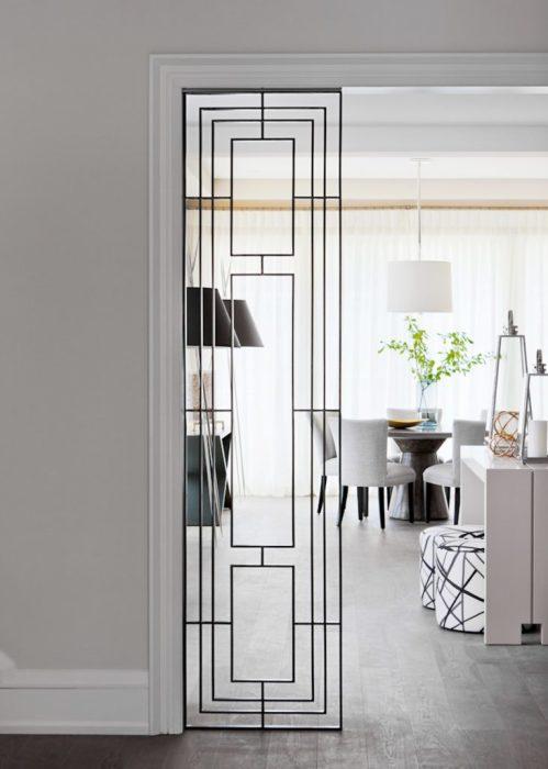 Декоративная металлическая межкомнатная перегородка, которая визуально продлевает широкий дверной проём.