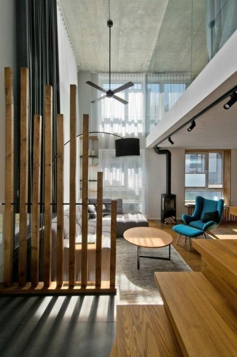Стационарная деревянная конструкция, которая считается наиболее универсальной и подходящей к любому современному интерьеру.