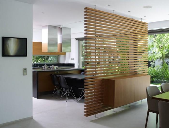 Перегородка из деревянных реек позволит оптимально разделить пространство и станет выгодным решением даже для малогабаритной квартиры.