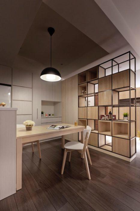 Металлический стеллаж с деревянными шкафчиками, который по достоинству оценят обладатели просторных апартаментов, и владельцы однокомнатных квартир.