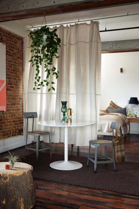 Простая, но практичная занавеска светлого оттенка позволит внести существенные изменения в облик помещения, совмещая стильный декор с необходимой функциональностью.
