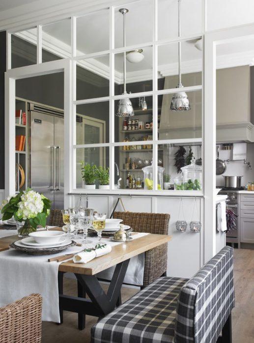 Справится с неудачной планировкой квартиры можно используя стеклянные перегородки, которые пропускают солнечный свет вглубь помещений.
