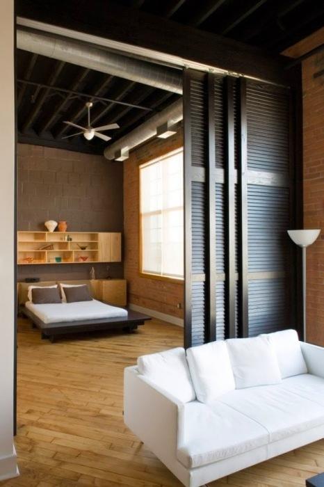 Сдвинув деревянные перегородки, можно получить роскошную и просторную гостиную комнату, которая по-настоящему впечатлит гостей.