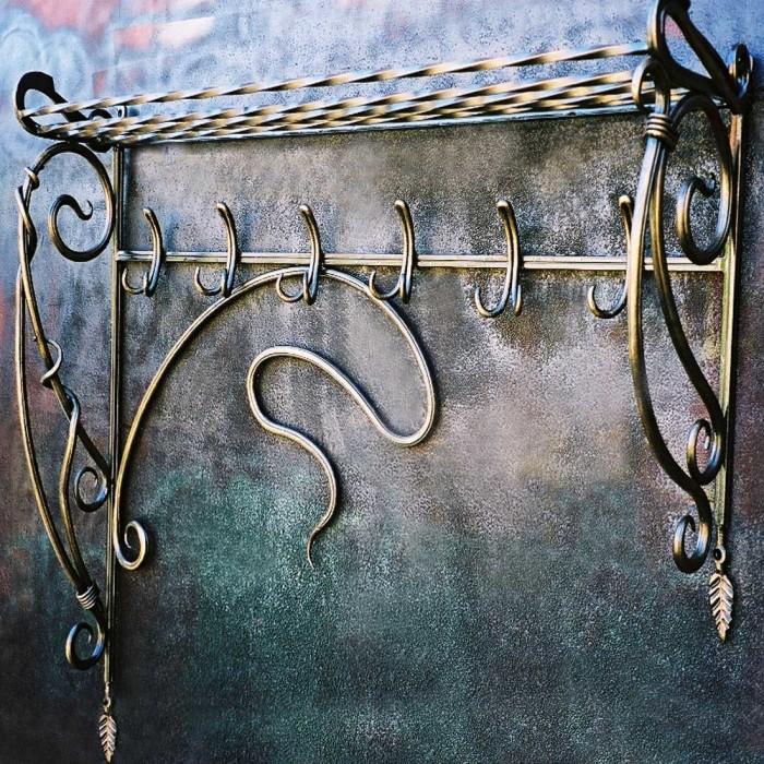 Кованая вешалка с легкостью украсит интерьер и сделает его более изысканным.