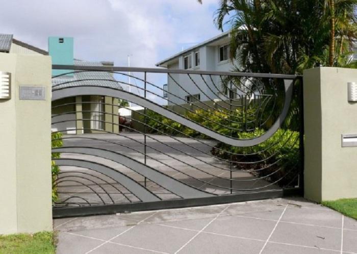 Оригинальные ворота в стиле модерн для загородного дома.