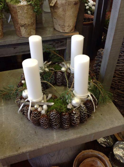Оригинальный подсвечник из шишек, который идеально дополнит повседневный или праздничный интерьер.