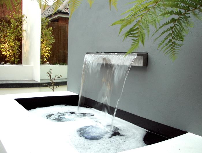 Современный фонтан в стиле хай-тек технологий.