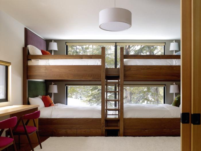 Две двухъярусные кровати с естественным освещением и искусственной подсветкой.