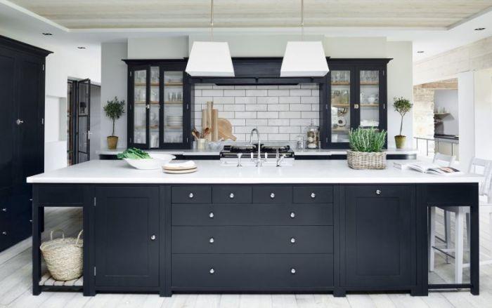 Белая кухня с контрастным черным акцентом.