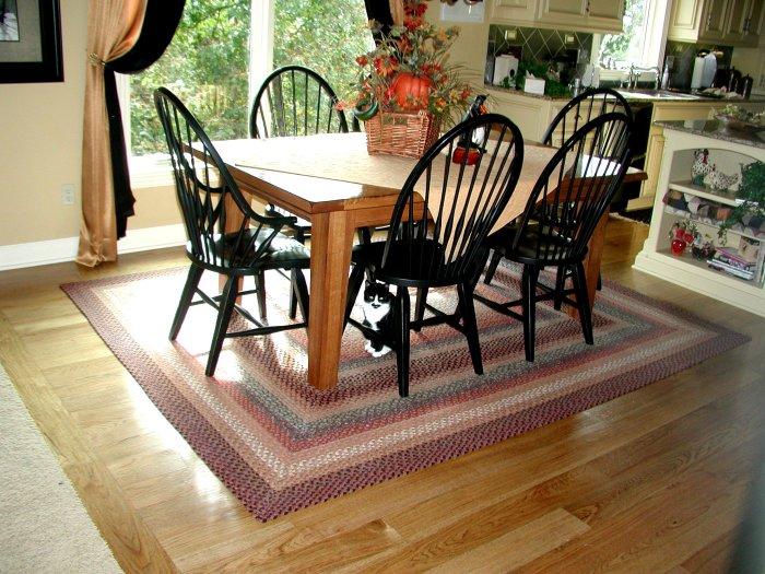 Столовая лучше всего дополняются классическими шерстяными коврами с неординарным рисунком.