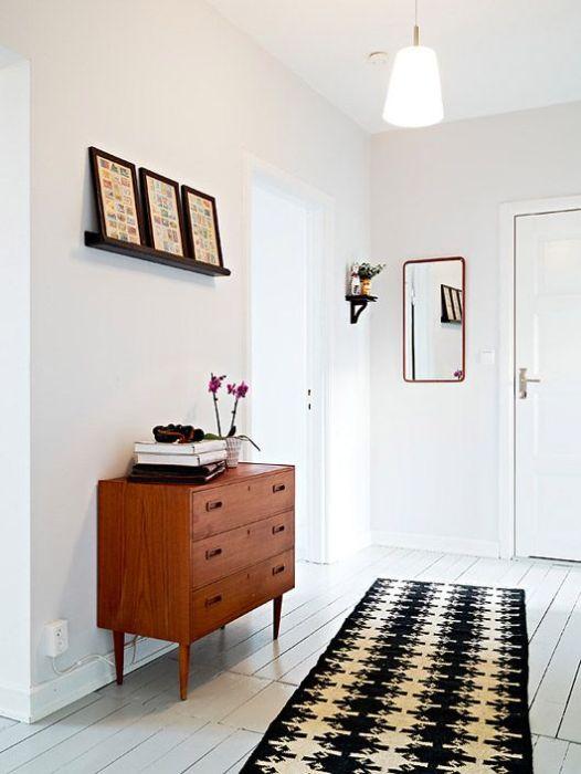 Традиционная ковровая дорожка - идеальное решение для небольшой прихожей в светлых тонах.
