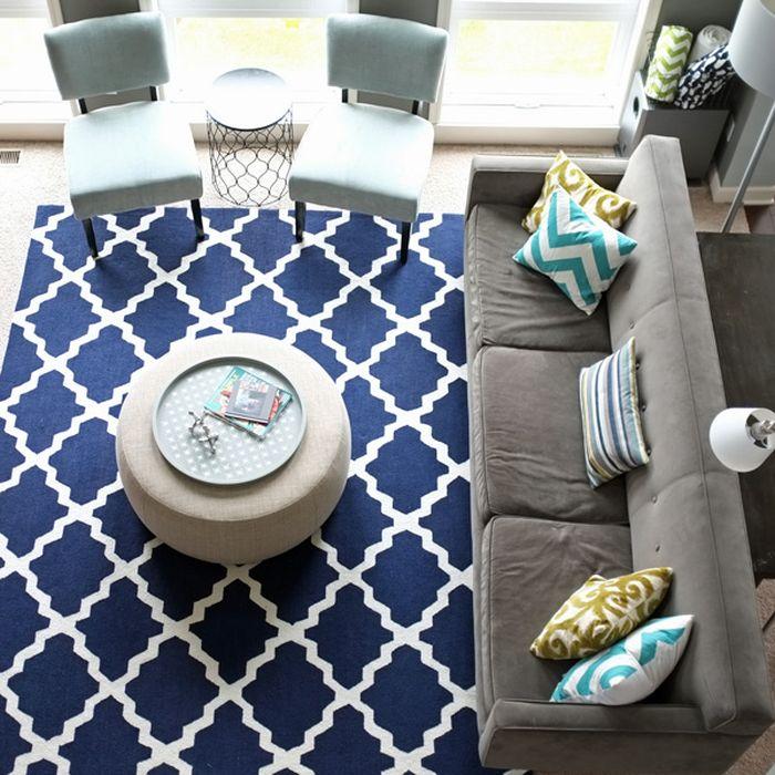 Яркое ковровое изделие небольшого размера и оригинальной формы способно преобразить любой интерьер.