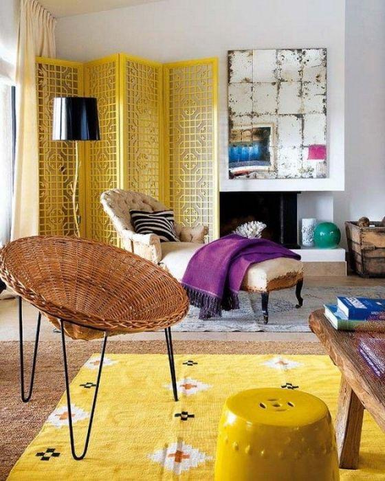 Ярко-желтый ковёр, который максимально гармонично вписывается в интерьер помещения.
