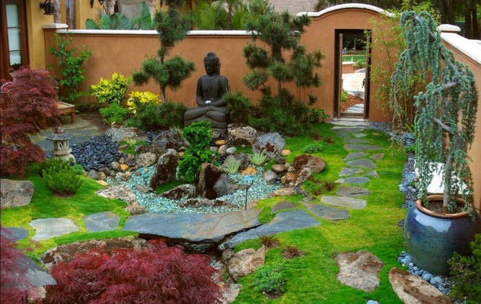 Камни в японском саду создают яркую композицию, которая отлично выглядит и не требует постоянного ухода.