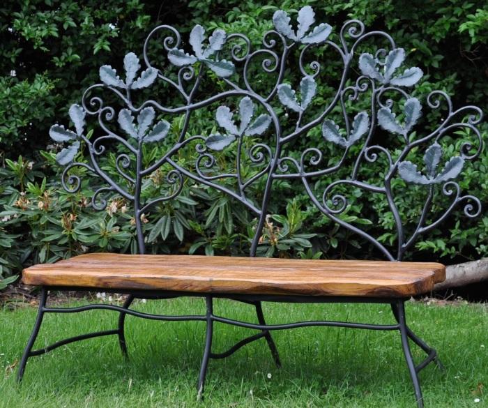 Комбинированная кованая лавочка, создающая незабываемый эффект в интерьере садового участка.