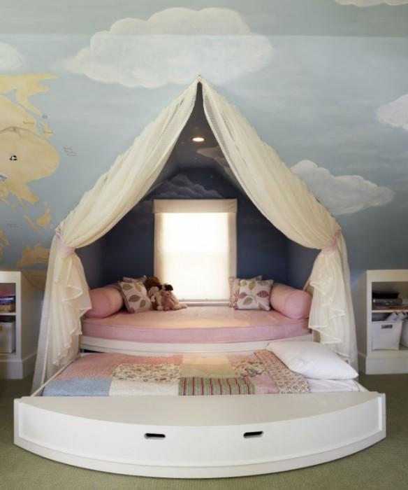 Нескучная полукруглая кровать с дополнительным выдвижным спальным местом для настоящих принцесс.