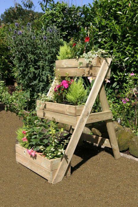Из старой деревянной лестницы можно смастерить красивые и удобные грядки для выращивания овощей и зелени.