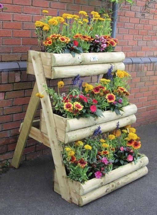 Находкой для любого современного садового участка станут грядки из старой лестницы и деревянных брусьев.