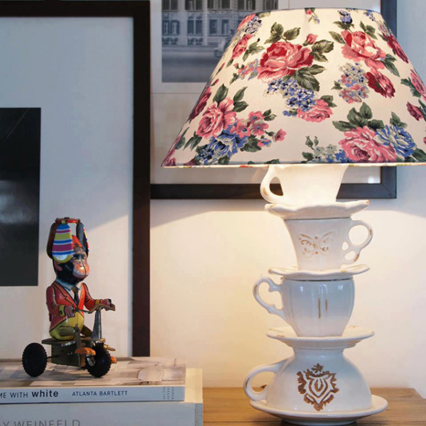 Настольная лампа, украшенная ненужными сервизными чашками и блюдцами.
