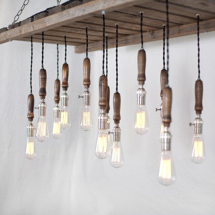 Лампа, которую можно смастерить из обычных деревянных реек и которая станет настоящей находкой для профессионального дизайнера.