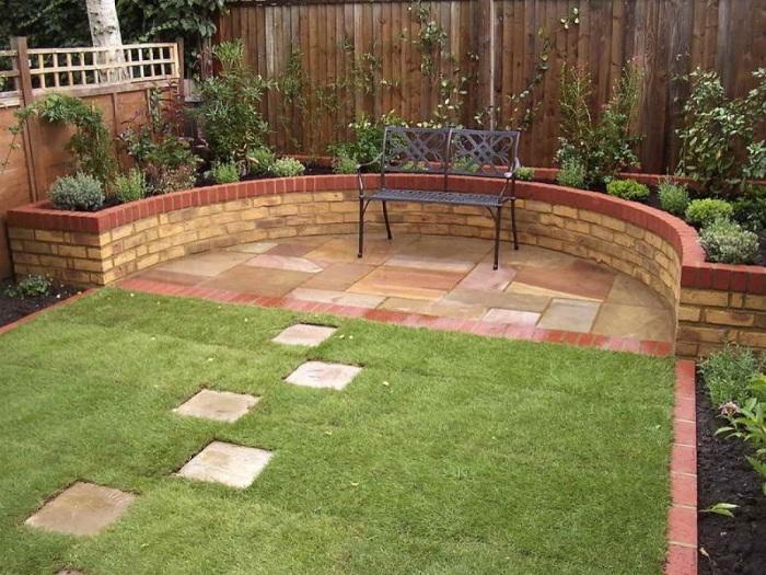 Декоративная плитка и кирпичная кладка - материалы, которые часто применяются в садово-парковом искусстве.