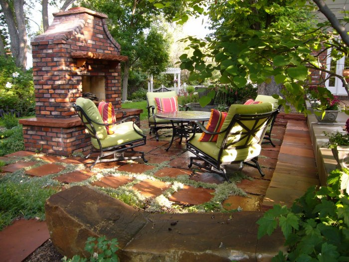 Чудесная каменная площадка с удобной мебелью и большим камином.