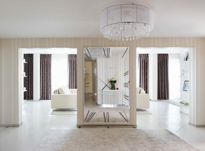 Фацетное зеркало в виде часов станет необычной изюминкой в вашей квартире.