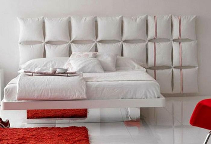 Оригинальное изголовье кровати, которое можно сделать собственными руками из нескольких обыкновенных подушек.