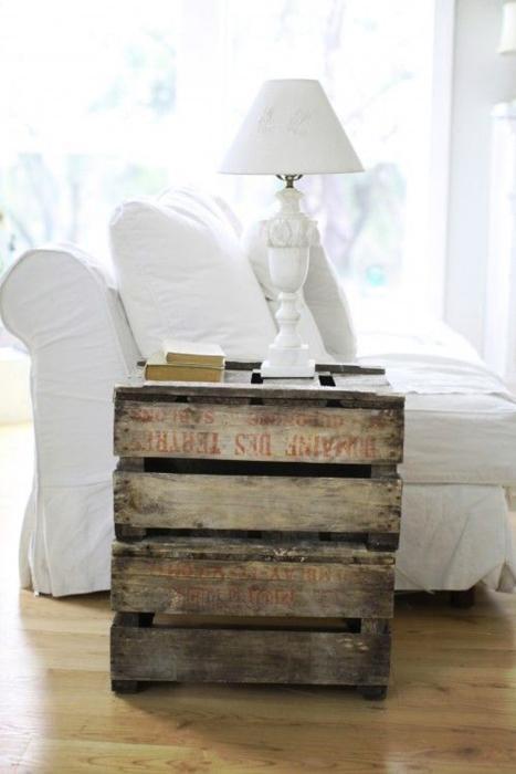 Небольшая прикроватная тумбочка, изготовленная из старых деревянных поддонов, коротая придётся вам по вкусу.