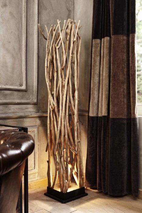 Интересное и смелое решение создать напольный светильник из деревянных веток.
