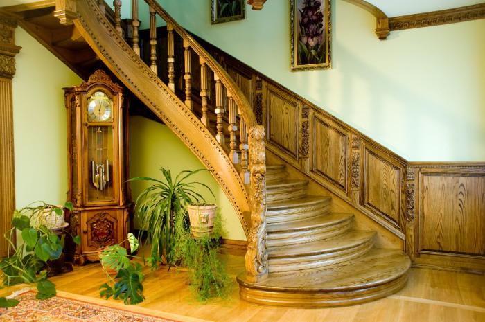 Деревянная лестница придаст помещению оригинальности и свежести.