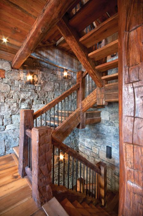 Стильная деревянная лестница в демократичном и душевном стиле кантри.