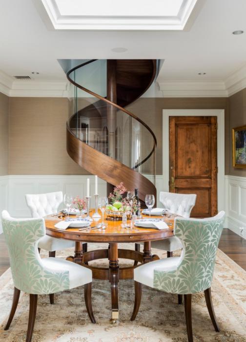 Деревянная винтовая лестница, спроектированная в вдохновляющем стиле неоклассики.