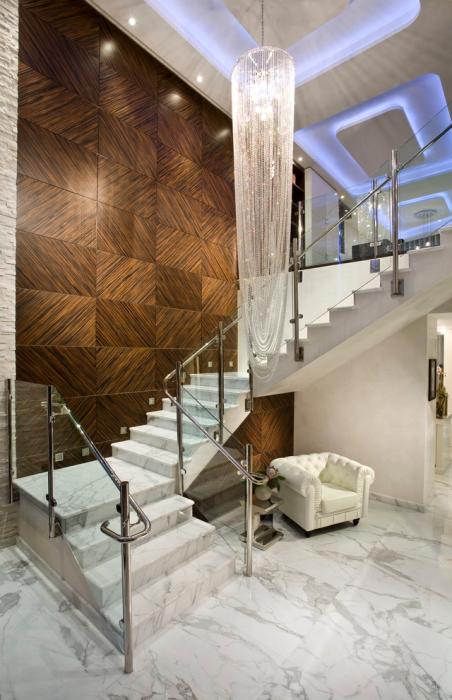Мрамор можно эффективно применять при отделке лестниц в загородном доме.