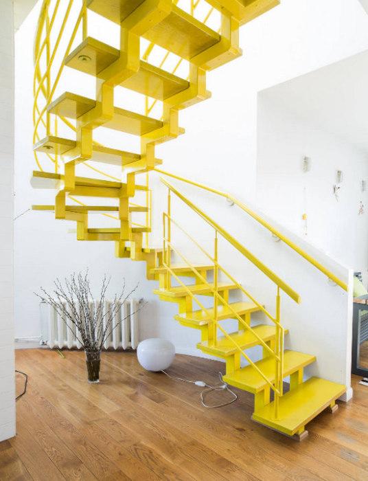 Компактная и лаконичная конструкция лимонного цвета в стиле минимализма.
