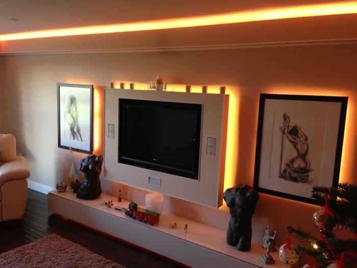 Подсветка и освещение - важные атрибуты в зоне для просмотра телевизора.