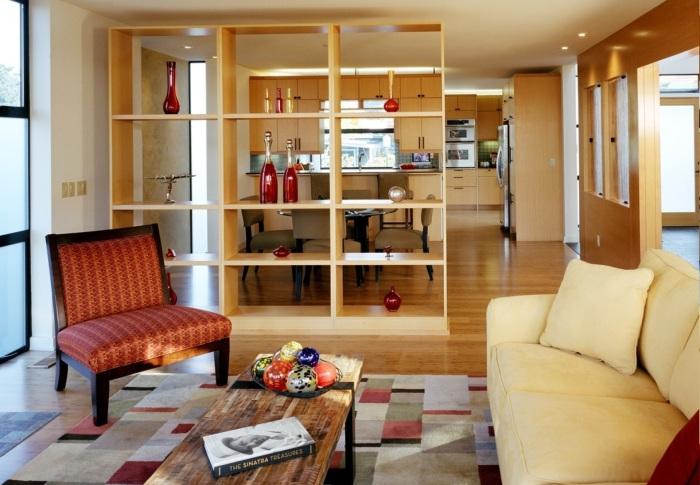 Классический стеллаж может удачно компенсировать небольшую площадь гостиной комнаты.